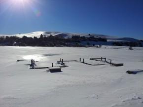 Lac gelé sous un épais manteau de neige